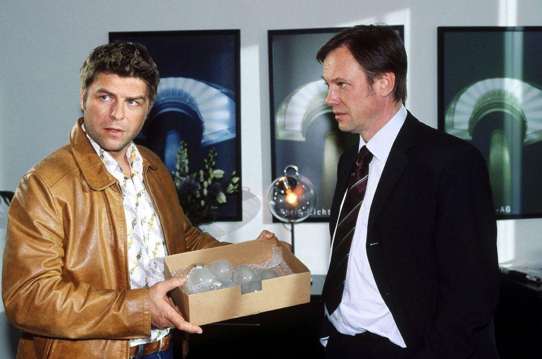Jupp (Uwe Fellensiek, l.) erwischt Dr. Troll (Rainer Will, r.) mit den ewig brennenden Glühlampen.