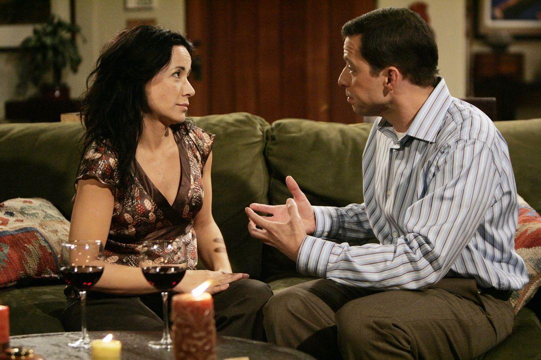 Sharon (Janeane Garofalo, l.) bemerkt schnell, dass das mit ihr und Alan Harper (Jon Cryer, r.) nicht klappen kann, doch er bittet sie, es trotzdem... - Bildquelle: Warner Brothers Entertainment Inc.
