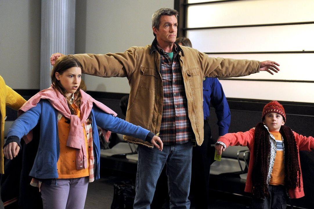 Der gewonnene Flug nach New York wird für Mike (Neil Flynn, M.), Sue (Eden Sher, l.) und Brick (Atticus Shaffer, r.) zum richtigen Event ... - Bildquelle: Warner Brothers