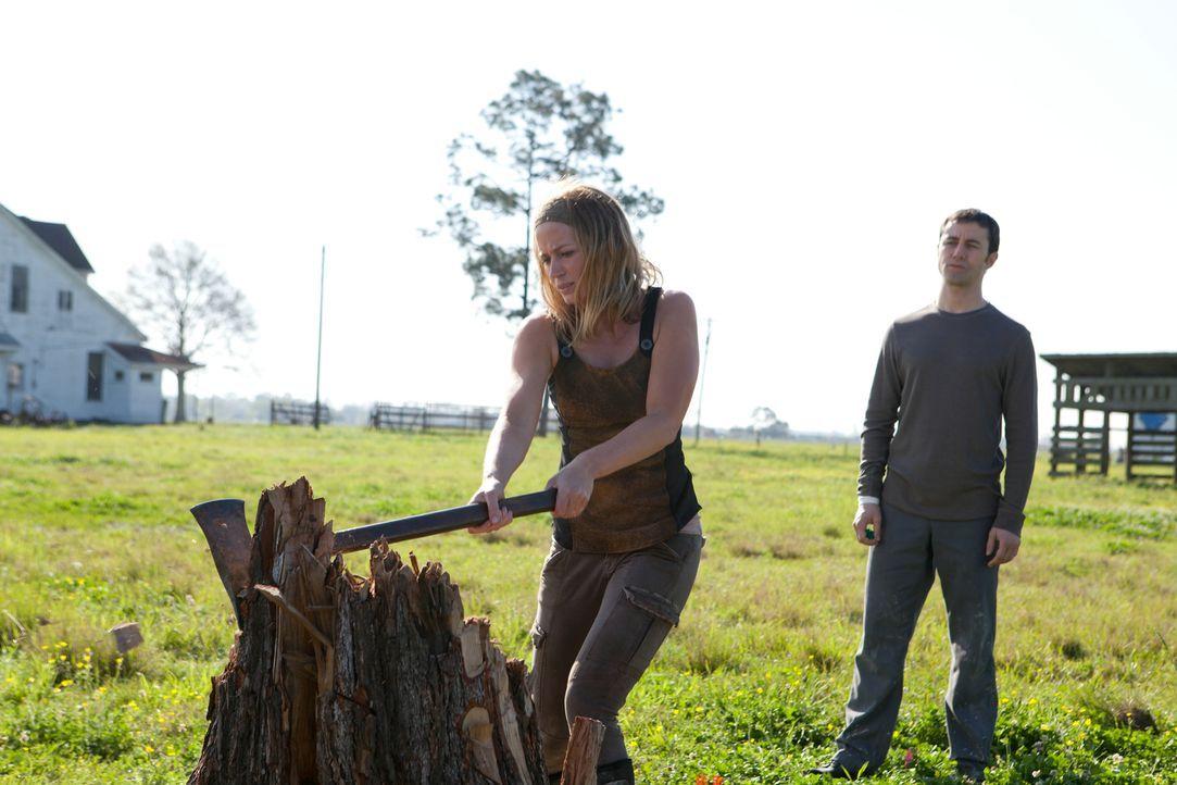 Kaum landet Joe (Joseph Gordon-Levitt, r.) auf der Farm von Sara (Emily Blunt, l.) und ihrem Sohn, da verliebt er sich schon in sie. Nicht ahnend, o... - Bildquelle: 2012 Concorde Filmverleih GmbH