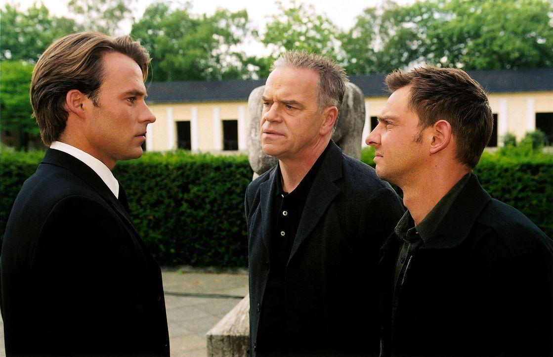 Bei der Beerdigung der ermordeten Polizistin Anja Schöne lernen Kommissar Wolff (Jürgen Heinrich, M.) und Tom (Steven Merting, r.) den Immobilienmak... - Bildquelle: Claudius Pflug Sat.1
