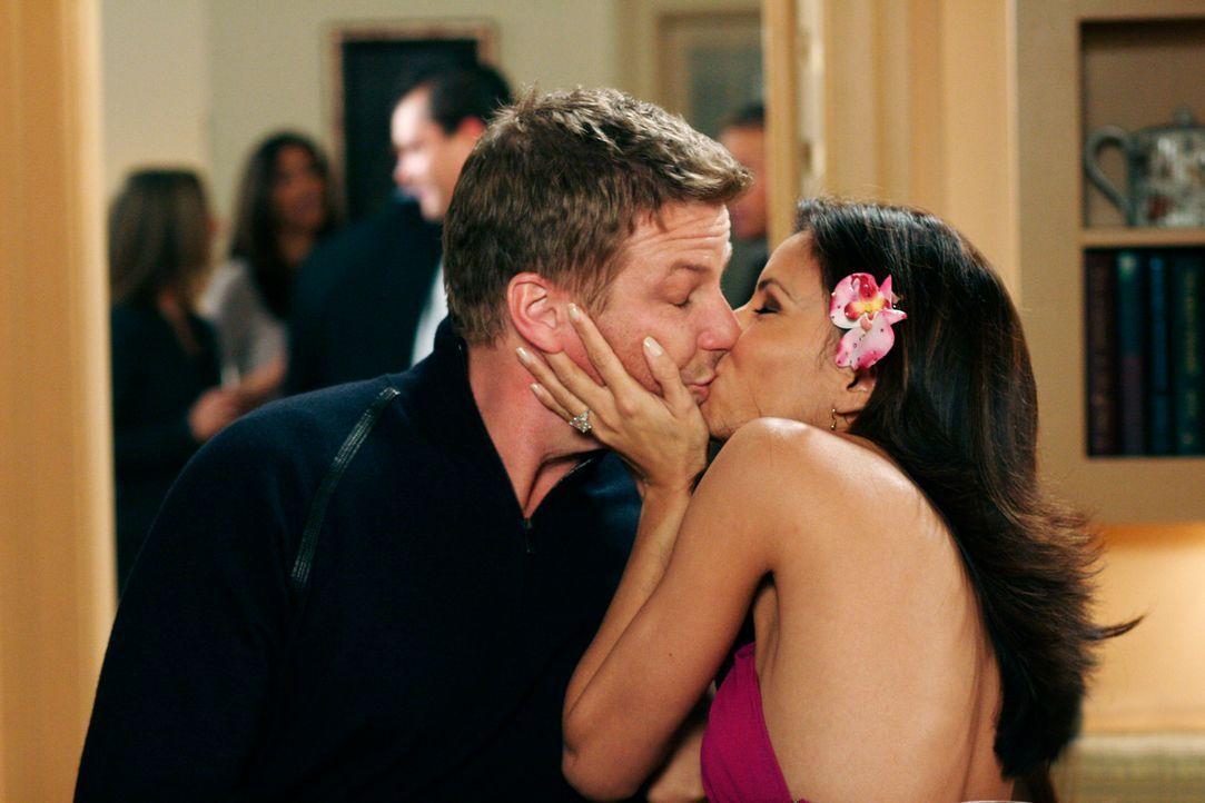 Auf einer Party gibt Gabrielle (Eva Longoria, r.) Tom (Doug Savant, l.) zum Spaß einen dicken Kuss, was Lynette allerdings gar nicht lustig findet .... - Bildquelle: 2005 Touchstone Television  All Rights Reserved