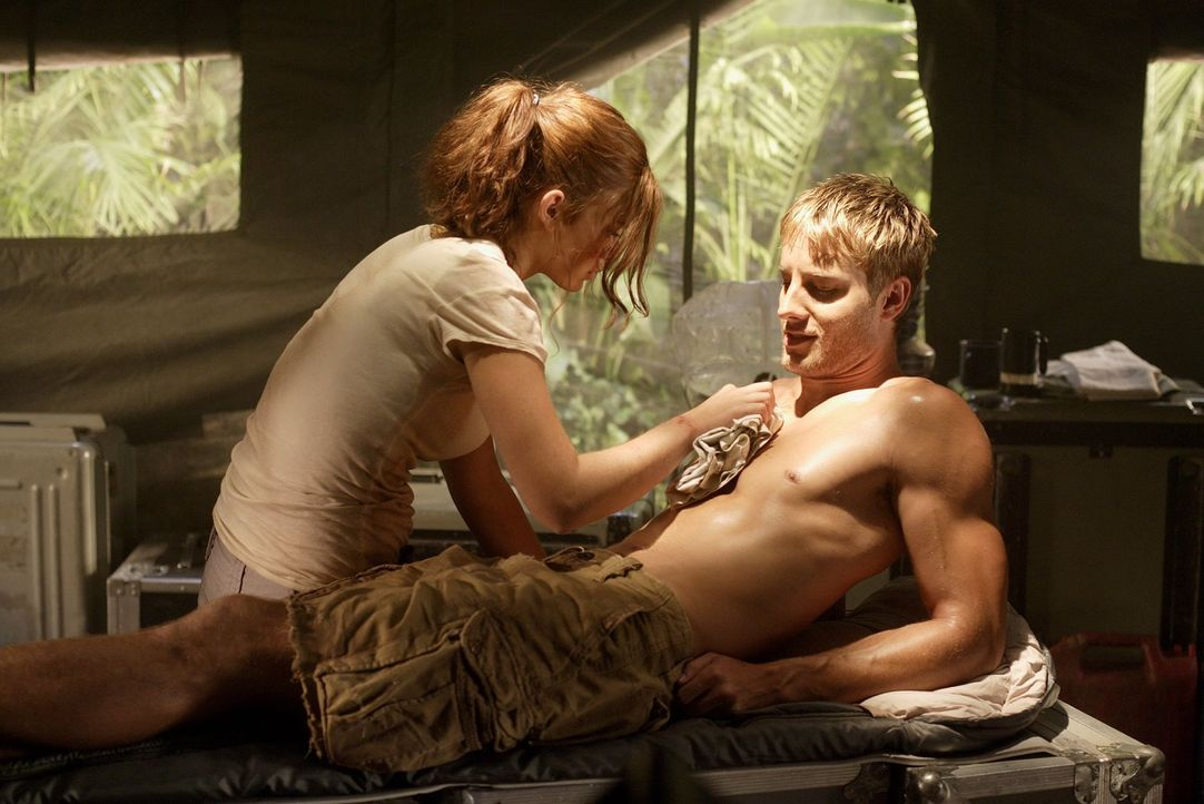 In seinem Delirium träumt Oliver (Justin Hartley, r.) von seinen Anfängen als Bogenschütze. Doch warum kannte er Tesse (Cassidy Freeman, l.) schon v... - Bildquelle: Warner Bros.