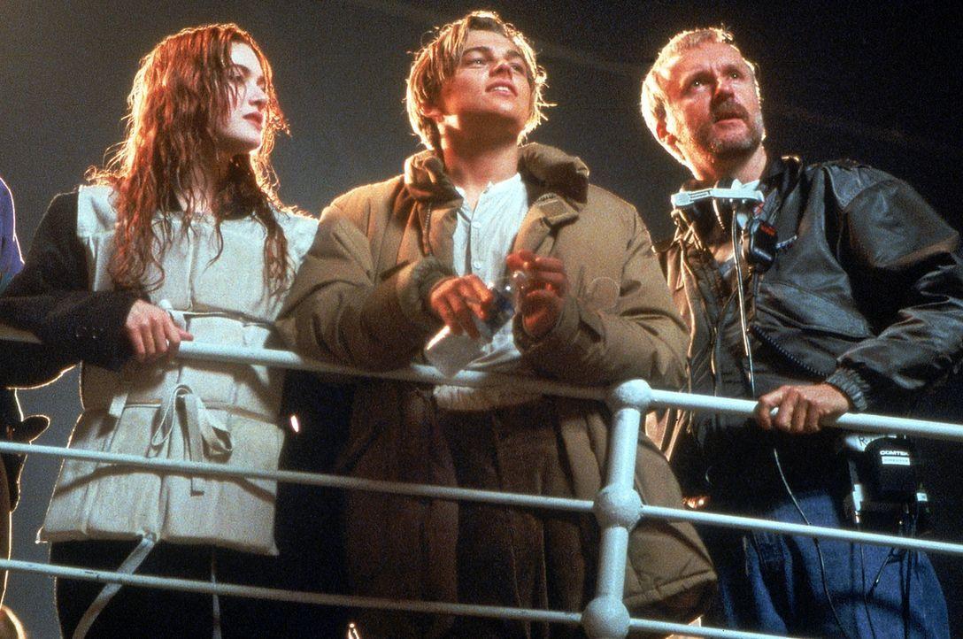Regisseur James Cameron (r.) mit Kate Winslet (l.) und Leonardo DiCaprio (M.) auf dem sinkendem Schiff  ... - Bildquelle: 20th Century Fox