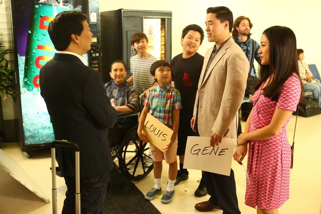 Louis' Bruder Gene (Ken Jeong, l.) besucht die Familie Huang (v.r.n.l.: Constance Wu, Randall Park, Hudson Yang, Ian Chen, Forrest Wheeler, Lucille... - Bildquelle: 2015-2016 American Broadcasting Companies. All rights reserved.