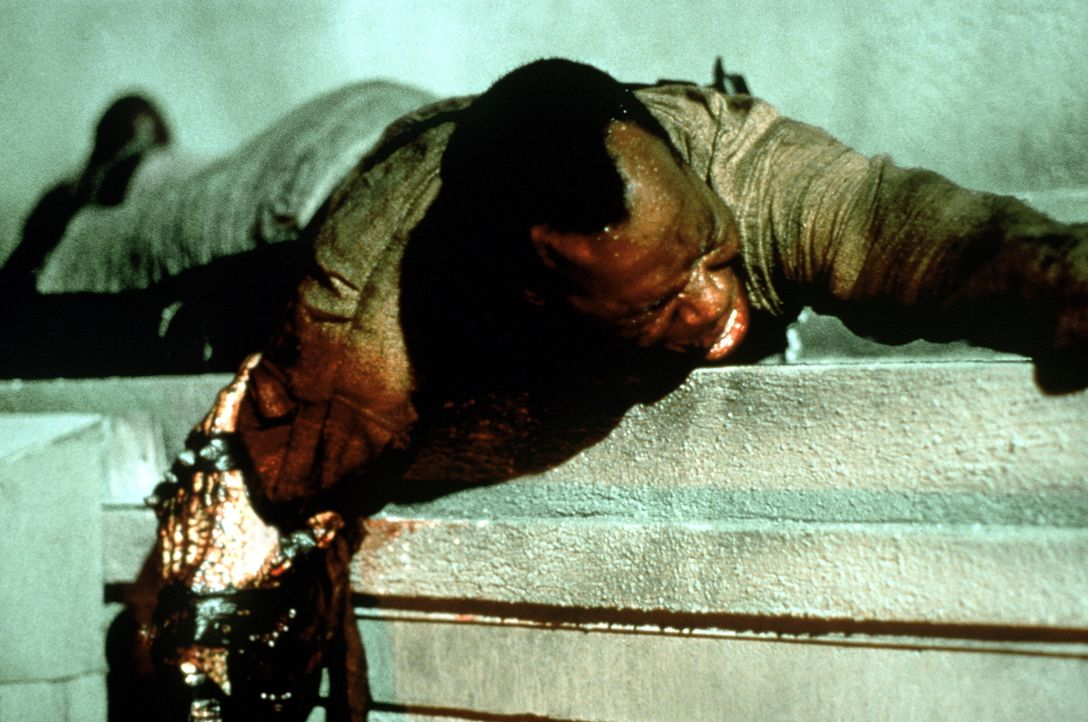 Harrigan (Danny Glover) hat's im Kampf gegen den Außerirdischen wahrlich nicht leicht ... - Bildquelle: 1990 Twentieth Century Fox Film Corporation.