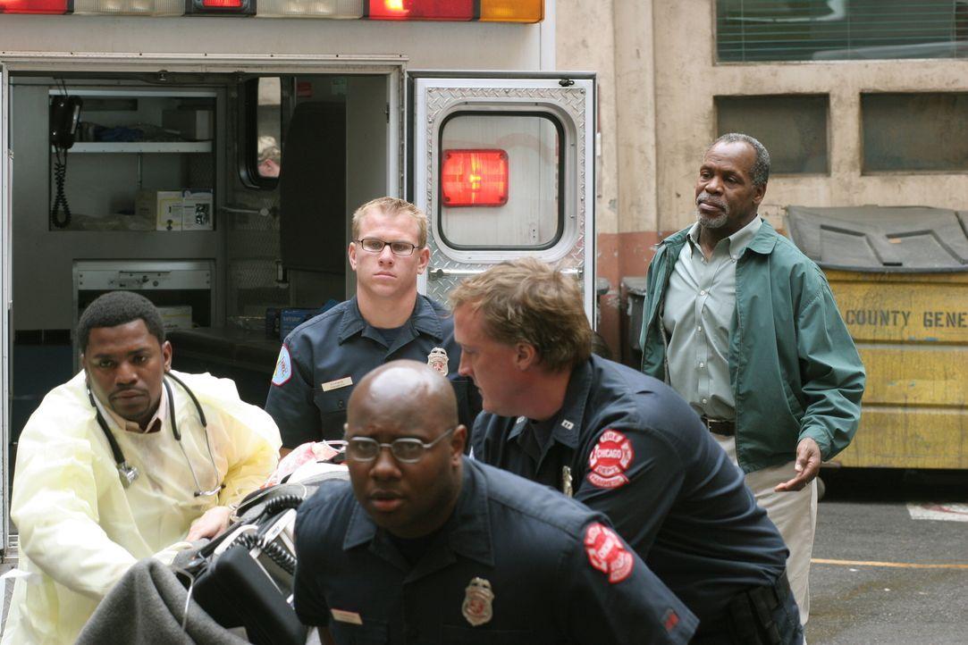 Während Pratt (Mekhi Phifer, l.) einen neuen Patienten im County aufnimmt, taucht plötzlich sein Vater Chalie (Danny Glover, r.) auf und bittet ihn... - Bildquelle: Warner Bros. Television