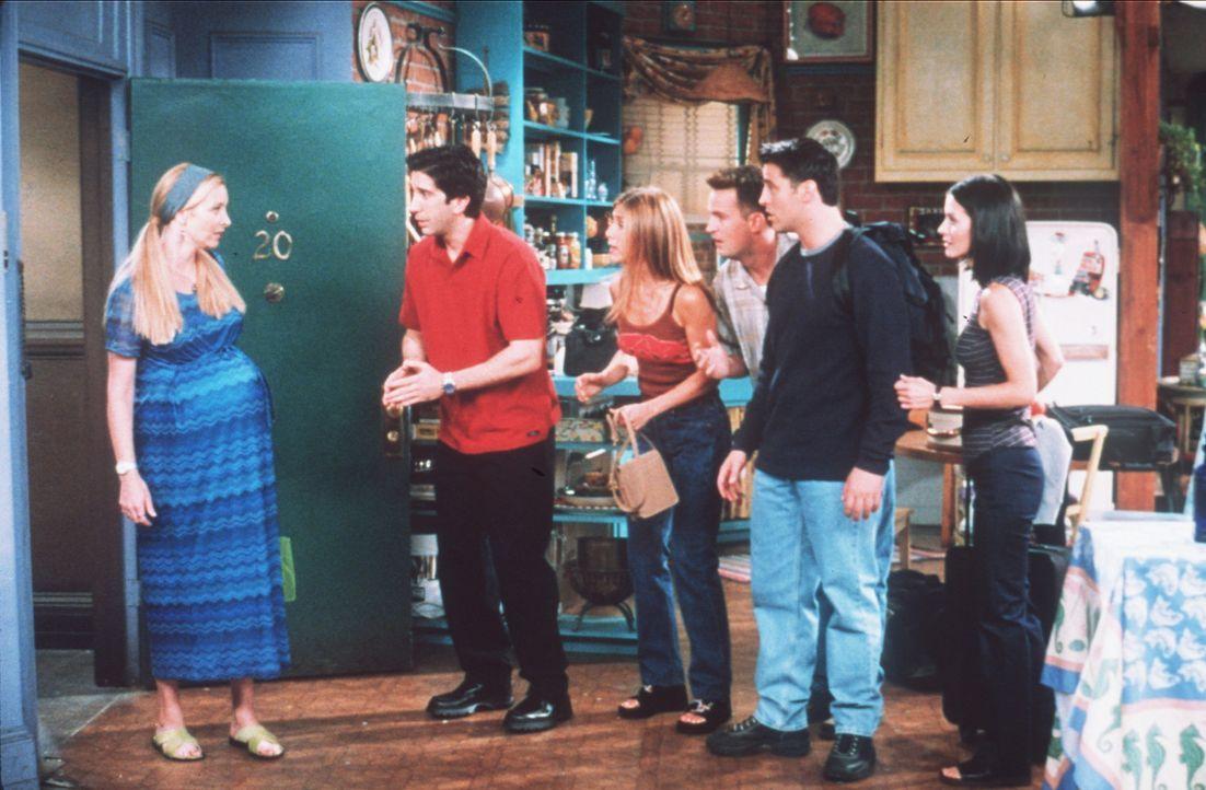 (v.l.n.r.) Phoebe (Lisa Kudrow) teilt ihren Freunden Ross (David Schwimmer), Rachel (Jennifer Aniston), Chandler (Matthew Perry), Joey (Matt LeBlanc... - Bildquelle: TM+  2000 WARNER BROS.