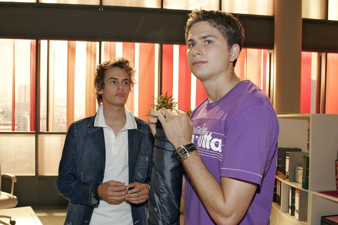 Alex (Shai Hoffmann, l.) beteuert Timo (Matthias Dietrich, r.) gegenüber, das Geld nicht aus Kims Tasche genommen zu haben. - Bildquelle: Noreen Flynn Sat.1