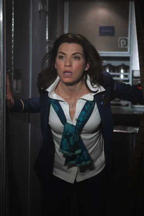 Flugbegleiterin Claire (Julianna Margulies) versucht einfach alles, um die Panik der Passagiere unter Kontrolle zu bringen ... - Bildquelle: Warner Brothers