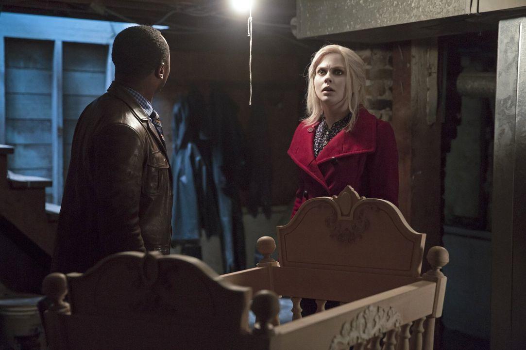 Bei ihren Ermittlungen machen Liv (Rose McIver, r.) und Clive (Malcolm Goodwin, l.) eine Entdeckung im Haus von Emilys Eltern, aber haben diese wirk... - Bildquelle: Warner Brothers