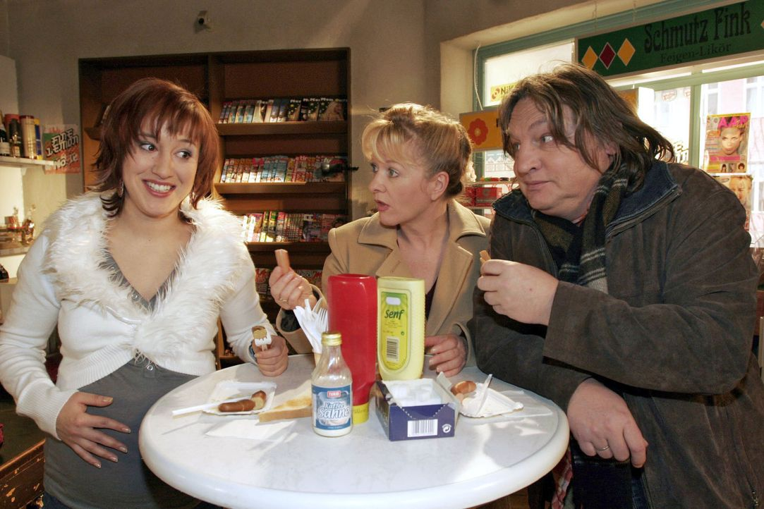 Yvonne (Bärbel Schleker, l.), Helga (Ulrike Mai, M.) und Bernd (Volker Herold, r.) mutmaßen, dass die auffallend wissbegierige Lisa auf der Suche na... - Bildquelle: Noreen Flynn Sat.1