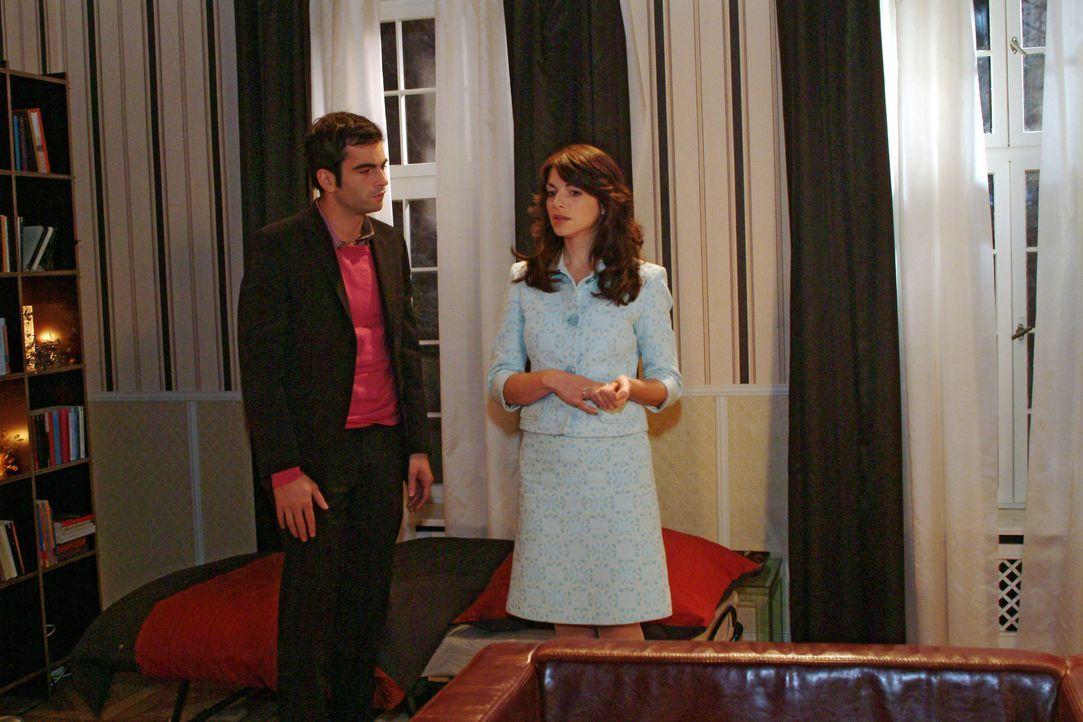 David (Mathis Künzler, l.) muss feststellen, dass sich Mariella (Bianca Hein, r.) weiter von ihm entfernt. - Bildquelle: Monika Schürle Sat.1
