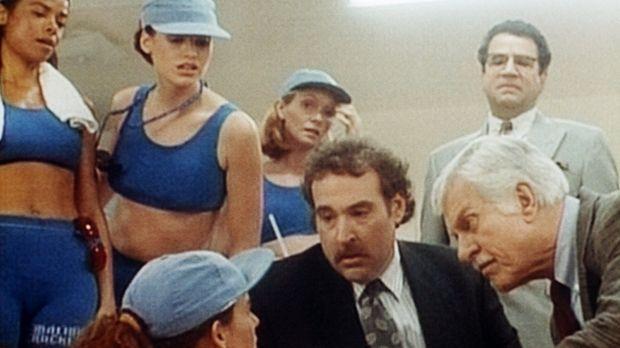 Mark (Dick Van Dyke, r.), Harrison (Joel Brooks, M.), der Manager, und die Sp...