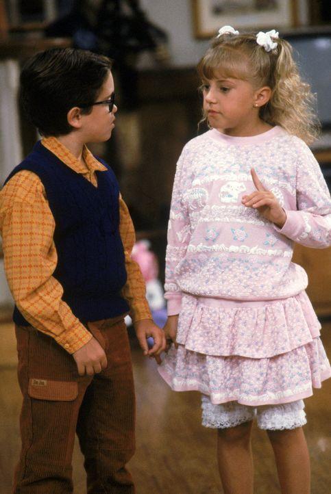 Nachdem Stephanie (Jodie Sweetin, r.) Walter (Whit Hertford, l.) beleidigt hat,  muss sie sich bei ihm entschuldigen. Mit ungeahnten Folgen ... - Bildquelle: Warner Brothers Inc.