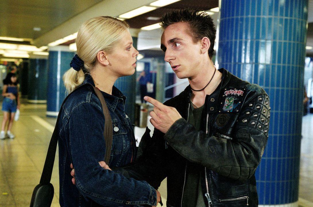 Natalie (Anne Sophie Briest, l.) findet den Junkie Florian (Fabian Oscar Wien, r.) im Fußgängertunnel. - Bildquelle: Sat.1