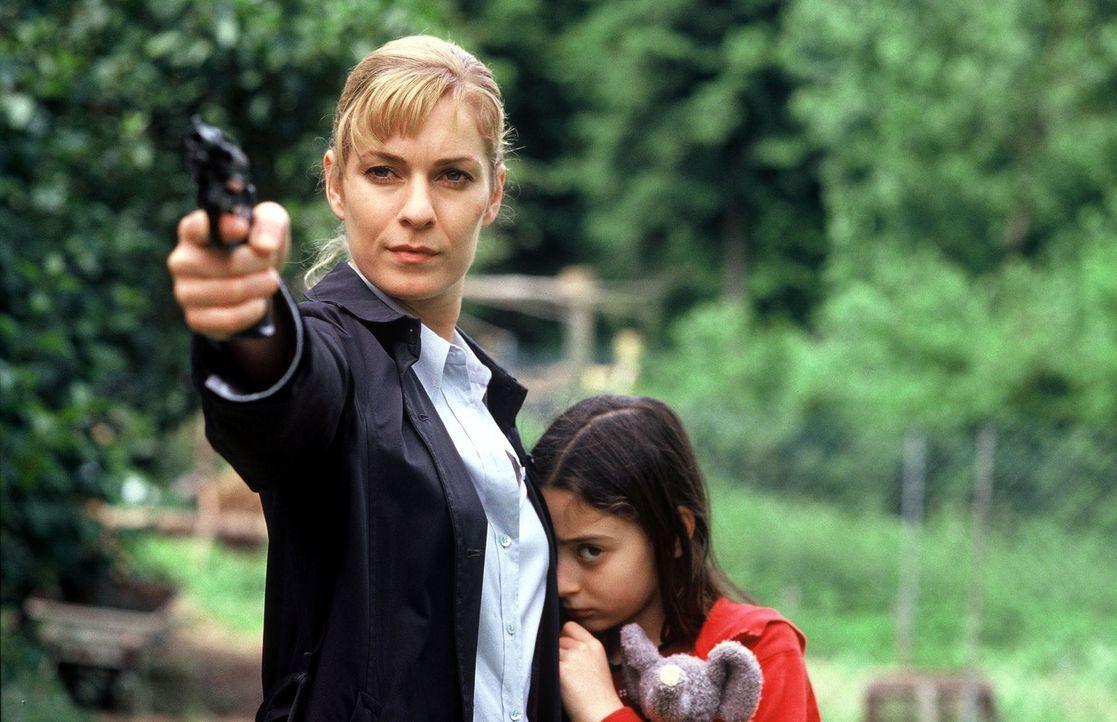 Susanna Beckert (Lisa Martinek, l.) will Hannah (Maral Schäfer, r.) von Pit wegbringen. - Bildquelle: Wolfgang Wehner Sat.1