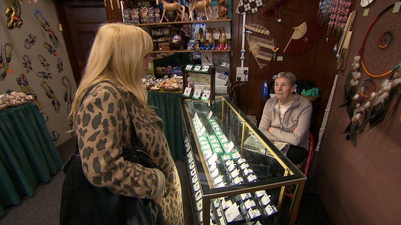 In Callander in Schottland versucht Julia Leischick (l.), Ruths Bruder zu finden. Doch wird sie Erfolg haben? - Bildquelle: SAT.1