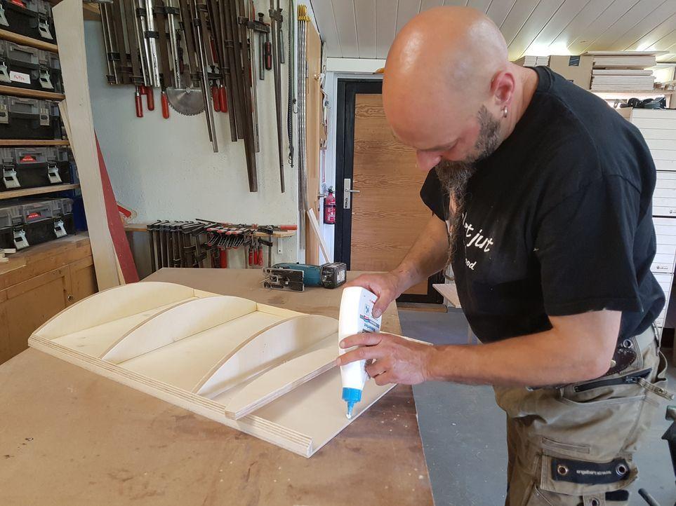 10. Schritt: Für das Dach werden zunächst Dachträger ausgeschnitten und auf ...