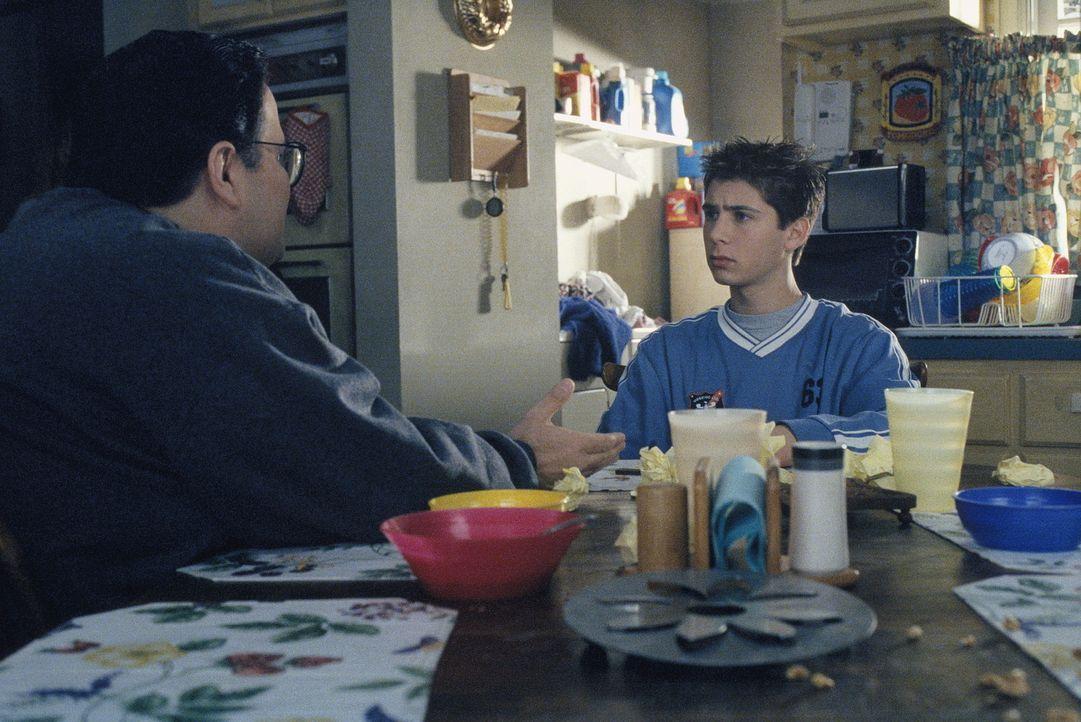 Reese (Justin Berfield, r.) muss leider in den sauren Apfel beißen und Craig (David Anthony Higgins, l.) unterhalten ... - Bildquelle: TM +   2000 Twentieth Century Fox Film Corporation. All Rights Reserved.