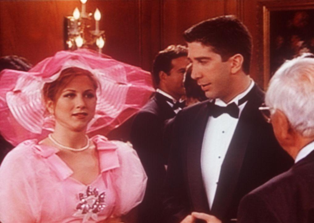 Rachel (Jennifer Aniston, l.) ist zur Hochzeit ihres Ex-Verlobten eingeladen. Ross (David Schwimmer, r.) ist ebenfalls unter den Hochzeitsgästen. - Bildquelle: TM+  2000 WARNER BROS.