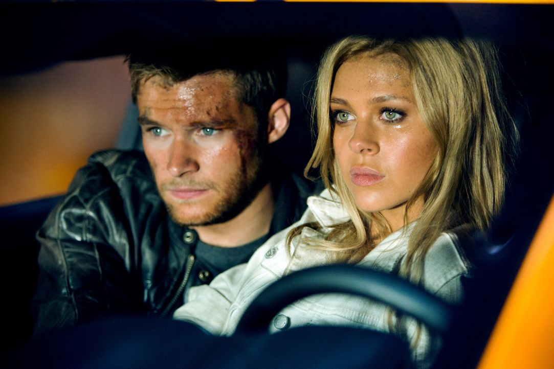 Vor kurzem war Tessa Yaegers (Nicola Peltz, r.) einzige Sorge, dass ihr Vater ihre Beziehung mit Shane (Jack Reynor, l.) toleriert. Nun liegt das Sc... - Bildquelle: (2016) Paramount Pictures. All Rights Reserved. TRANSFORMERS, its logo & all related characters are trademarks of Hasbro & are used with permission.