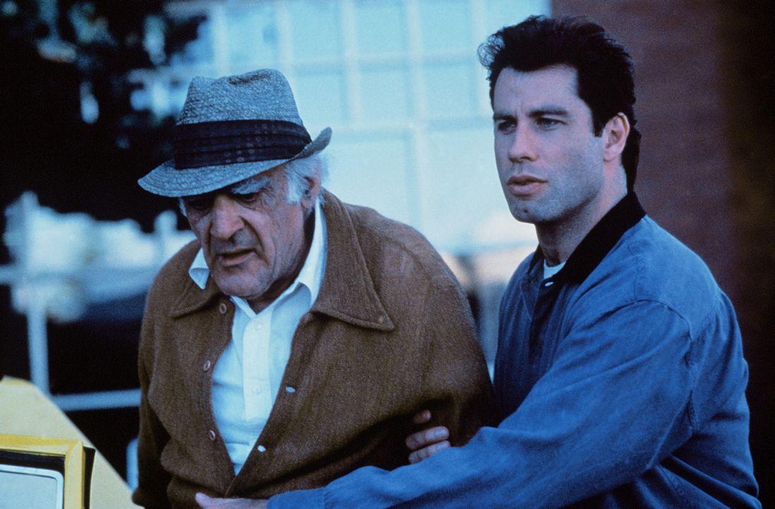 James (John Travolta, r.) kümmert sich nicht nur liebevoll um Mikey, sondern auch um seinen Großvater (Abe Vigoda, l.) ... - Bildquelle: TriStar Pictures