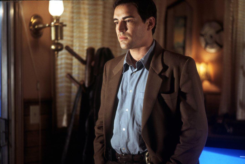Sam Kennedy (Ben Chaplin) unterstützt die erfahrene FBI-Agentin Cassie Mayweather bei der Suche nach dem Mörder einer jungen Frau. - Bildquelle: Warner Brothers International Television Distribution Inc.
