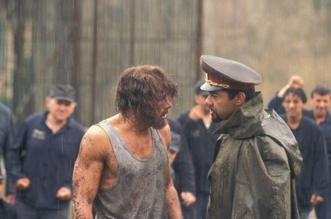 Als der Amerikaner Kyle LeBlanc (Jean-Claude Van Damme, l.) von russischen Richtern zu lebenslanger Lagerhaft in einem berüchtigten Gulag verurteilt... - Bildquelle: NU IMAGE