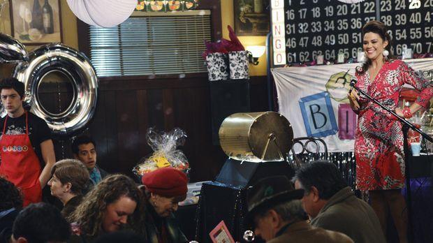 Souverän moderiert Chloe Kmetko (Susan Ward, r.) den Bingo-Abend, den die Müt...
