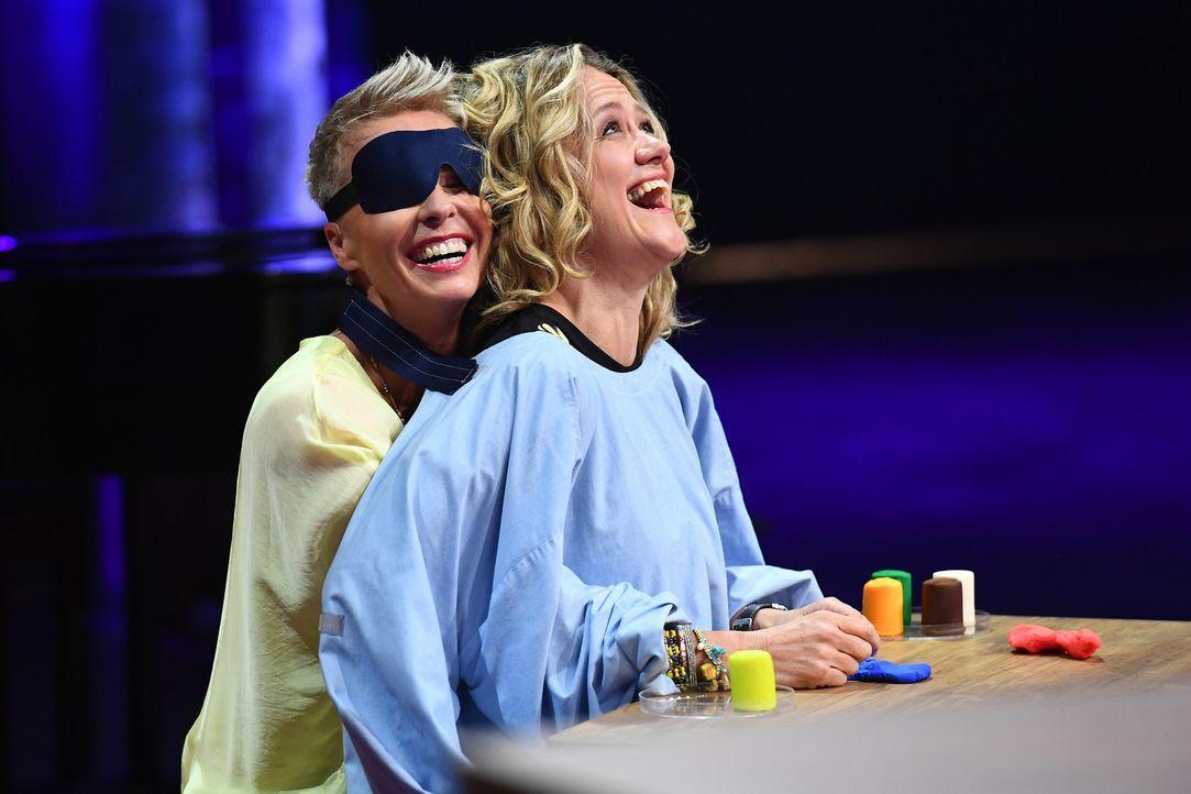 Welch lustige Aufgabe haben Sonja Zietlow (l.) und Lisa Feller (r.) zu bewältigen? - Bildquelle: Willi Weber SAT.1