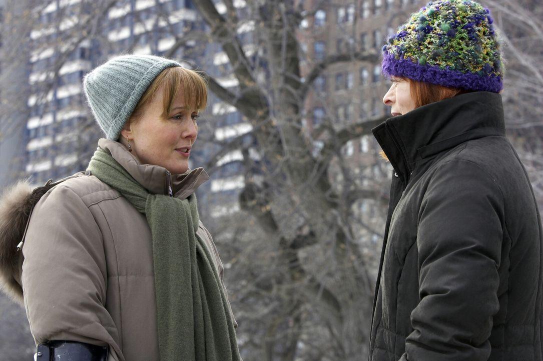 Da Helen (Frances Fisher, r.) die sexuelle Neigung ihrer Tochter  nicht akzeptieren kann, ist Kerry (Laura Innes, l.) tief getroffen ... - Bildquelle: WARNER BROS