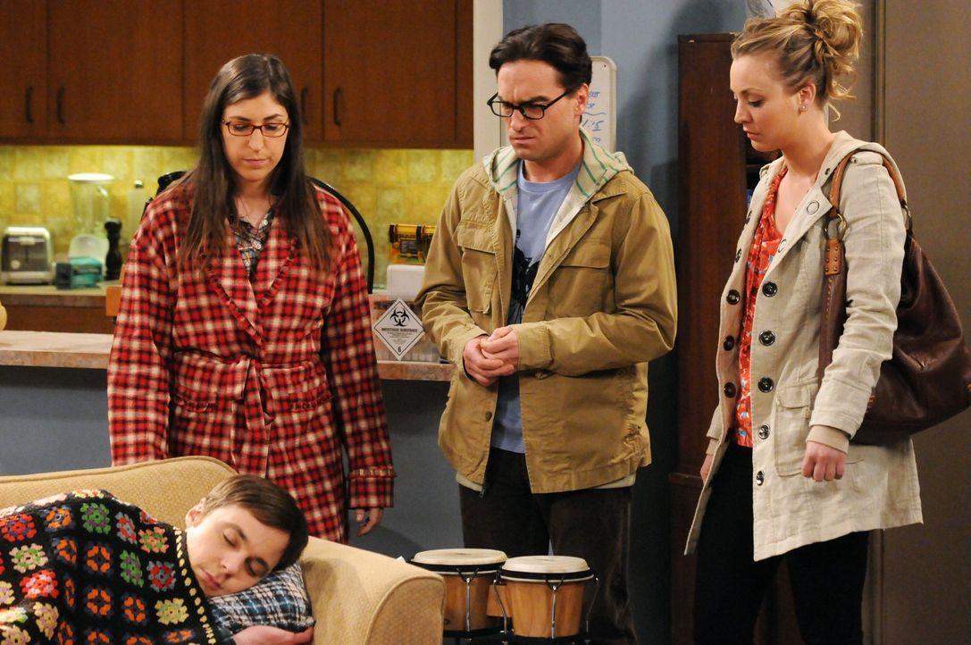 Machen sich Sorgen um Sheldon (Jim Parsons, liegend), dessen Leben auf dem Kopf steht, da sein Friseur krank ist: Amy (Mayim Bialik, l.), Leonard (J... - Bildquelle: Warner Bros. Television