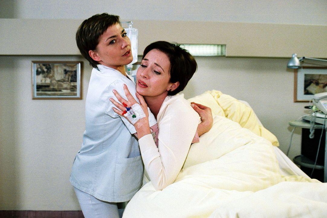 Stephanie (Claudia Schmutzler, l.) kümmert sich aufopferungsvoll um Beatrice van Straaten (Michele Marian, r.), die mit akuten Bauchbeschwerden ins... - Bildquelle: Monika Schürle Sat.1