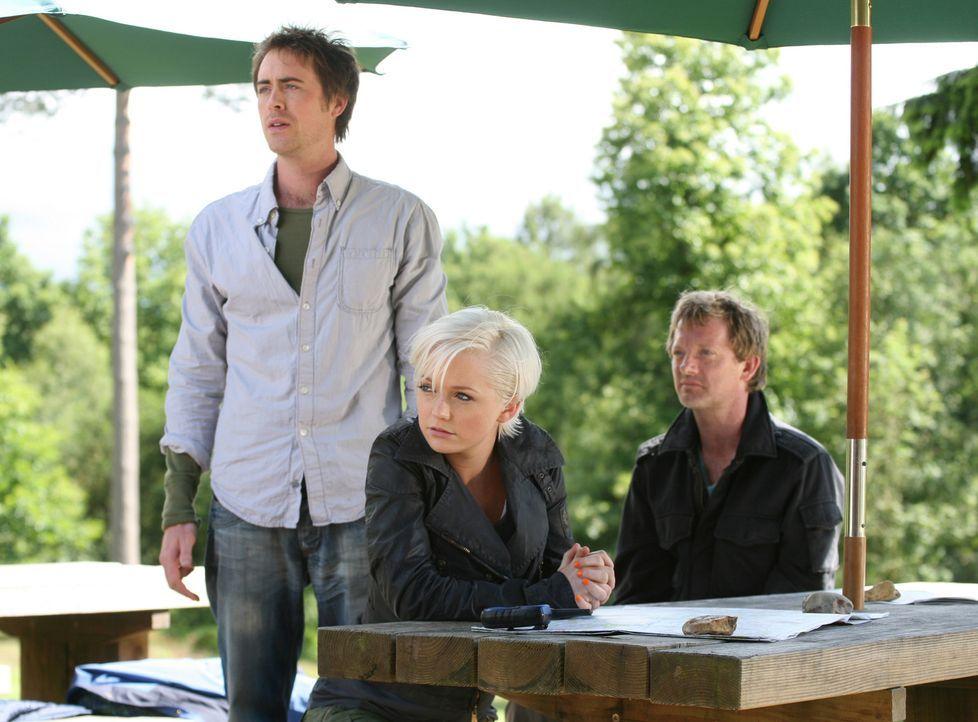 In einem Freizeitpark treibt ein Säbelzahntiger sein Unwesen. Cutter (Douglas Henshall, r.), Abby (Hannah Spearritt, M.) und Stephen (James Murray,... - Bildquelle: ITV Plc