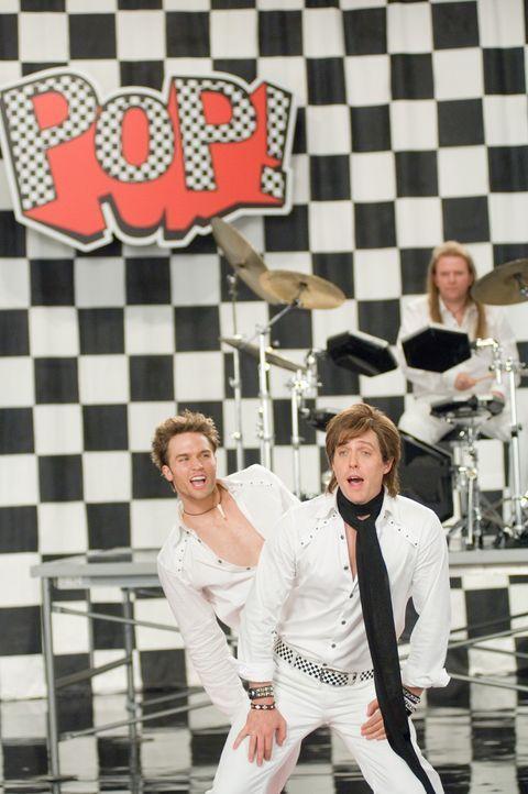 """Videodreh mit der Band """"Pop!"""", der Alex Fletcher (Hugh Grant, r.) mal angehörte, bevor sein Bandkollege entschied, ein eigenes Album zu veröffentl... - Bildquelle: Warner Bros."""