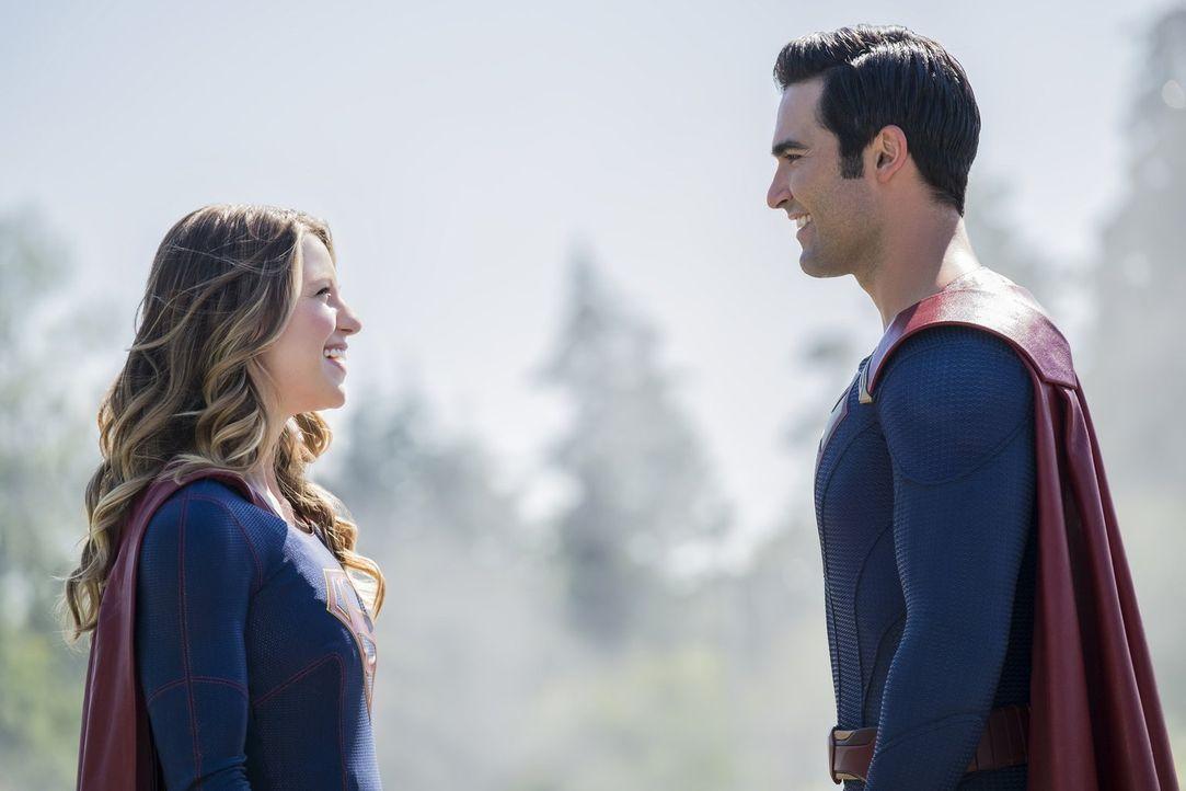 Kara alias Supergirl (Melissa Benoist, l.) und Clark alias Superman (Tyler Hoechlin, r.) haben viel Spaß bei ihren gemeinsamen Einsätzen, was Hank a... - Bildquelle: 2016 Warner Bros. Entertainment, Inc.