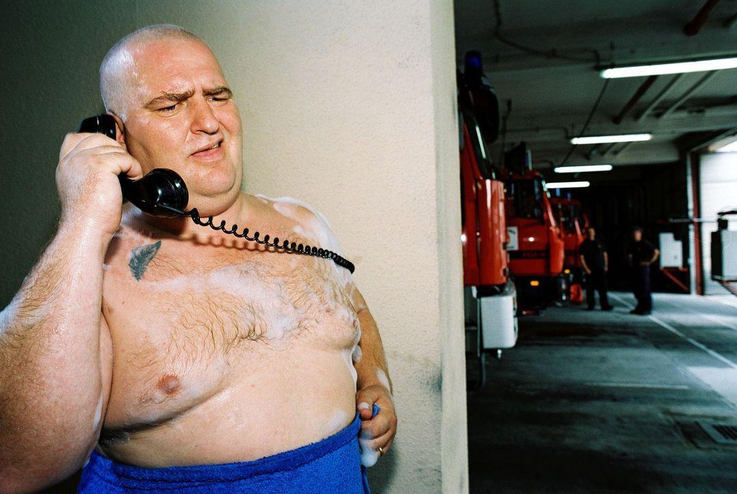 Immer wenn Feuerwehrmann Profitlich duschen will, klingelt es ... - Bildquelle: Gordon Mühle Sat.1