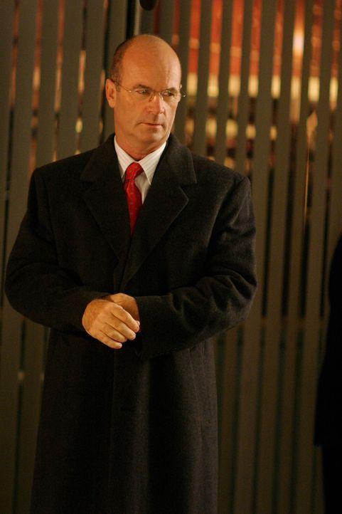 Lt. John Stillman (John Finn) bespricht mit seinen Kollgen die weitere Vorgehensweise ... - Bildquelle: Warner Bros. Television