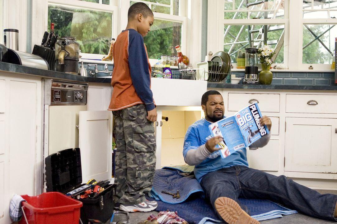 Nick (Ice Cube, r.), seine frisch angetraute Ehefrau und deren Kinder (Philip Bolden, l.) ziehen von der hektischen Großstadt in ein Häuschen in der... - Bildquelle: 2007 Revolution Studios Distribution Company, LLC. All Rights Reserved.