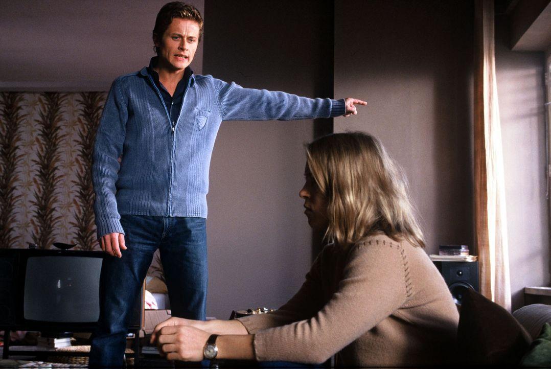 Kathrin (Anneke Kim Sarnau, r.) ist verzweifelt, Daniel (Roman Knizka, l.) hilflos - die Beziehung droht unter dem Druck zu zerbrechen. - Bildquelle: Volker Roloff Sat.1