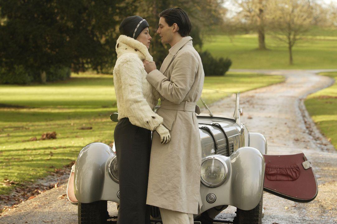 Als der britische Playboy John (Ben Barnes, r.) seine neue Ehefrau Larita (Jessica Biel, l.) - eine Rennwagen fahrende Feministin aus Detroit - zu d... - Bildquelle: 2008 Easy Virtue Films Limited. All Rights Reserved.