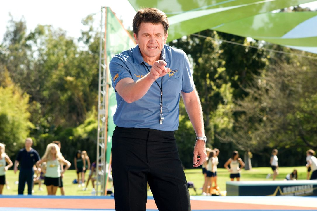 Coach Keith (John Michael Higgins) versteht nicht viel Spaß ... - Bildquelle: 2009 Screen Gems, Inc. All Rights Reserved.
