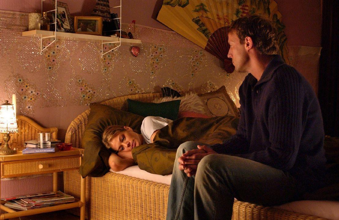 Peter (Wotan Wilke Möhring, r.) merkt, dass mit Rosemarie (Marie Bäumer, l.) etwas nicht stimmt. - Bildquelle: Rainer Bajo Sat.1