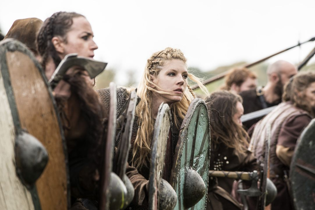 Nachdem König Ecberts Eskorte kaltblütig niedergemetzelt wurde, schwört er auf Rache. Lagertha (Katheryn Winnick, M.) zieht mit ihrer Truppe in die... - Bildquelle: 2014 TM TELEVISION PRODUCTIONS LIMITED/T5 VIKINGS PRODUCTIONS INC. ALL RIGHTS RESERVED.