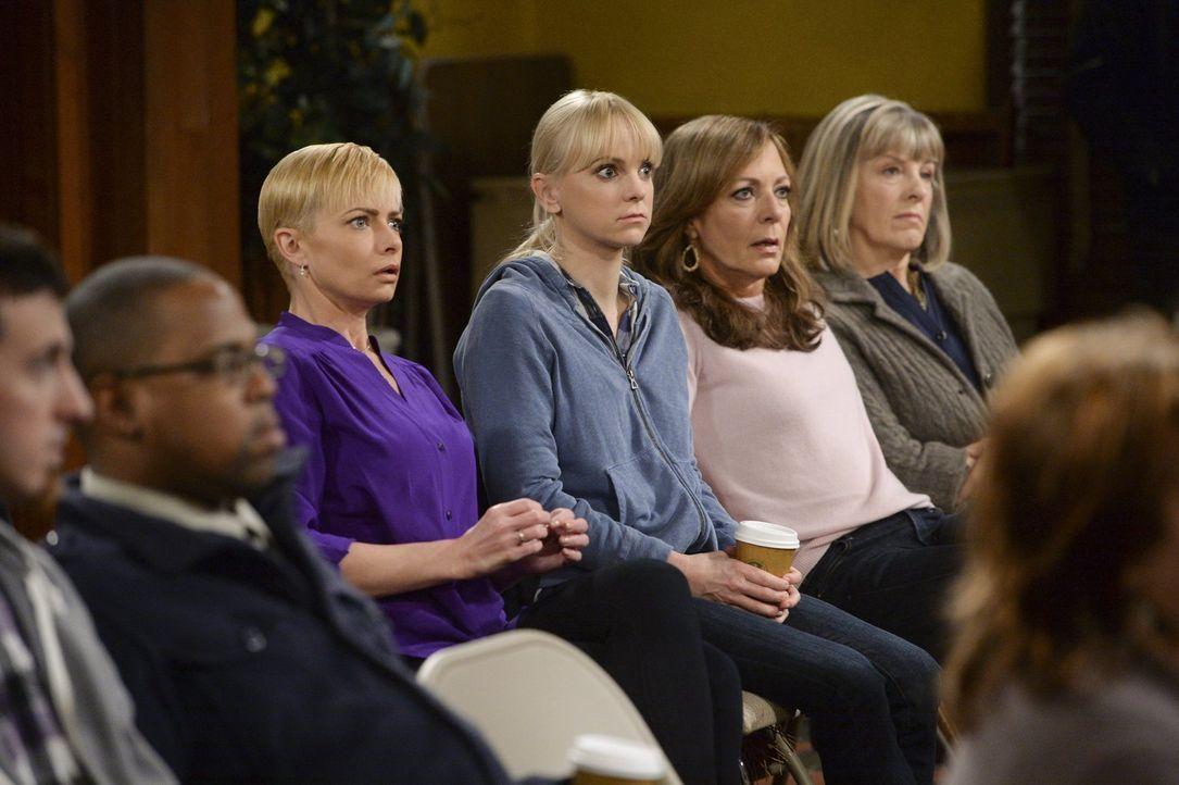 Sind zutiefst geschockt, wie sehr sich Regina im Gefängnis verändert hat: (v.l.n.r.) Jill (Jamie Pressly ), Christy (Anna Farris), Bonnie (Allison J... - Bildquelle: Warner Bros. Television