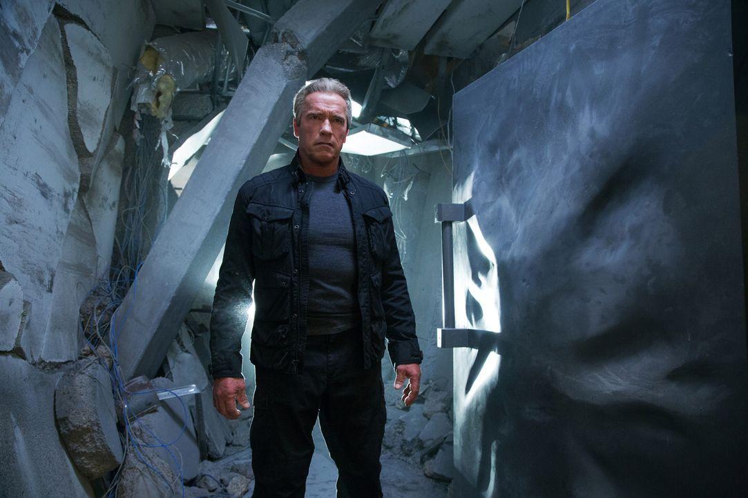 Der Terminator (Arnold Schwarzenegger) ist darauf programmiert, Sarah vor Gefahren zu beschützen. Knallhart setzt er sich in jedem Kampf durch ... - Bildquelle: 2015 PARAMOUNT PICTURES. ALL RIGHTS RESERVED.