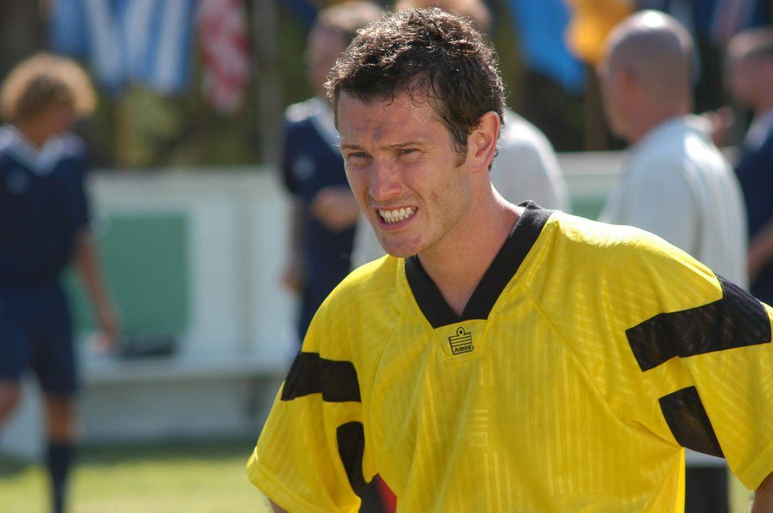 Ex-Fußballgott Bryan MacGreggor (Nick Moran) ist der Kapitän der schlechtesten Fußballmannschaft der Welt. Eines Tages bekommt er zur Verstärkun... - Bildquelle: 2006 Sony Pictures Television International