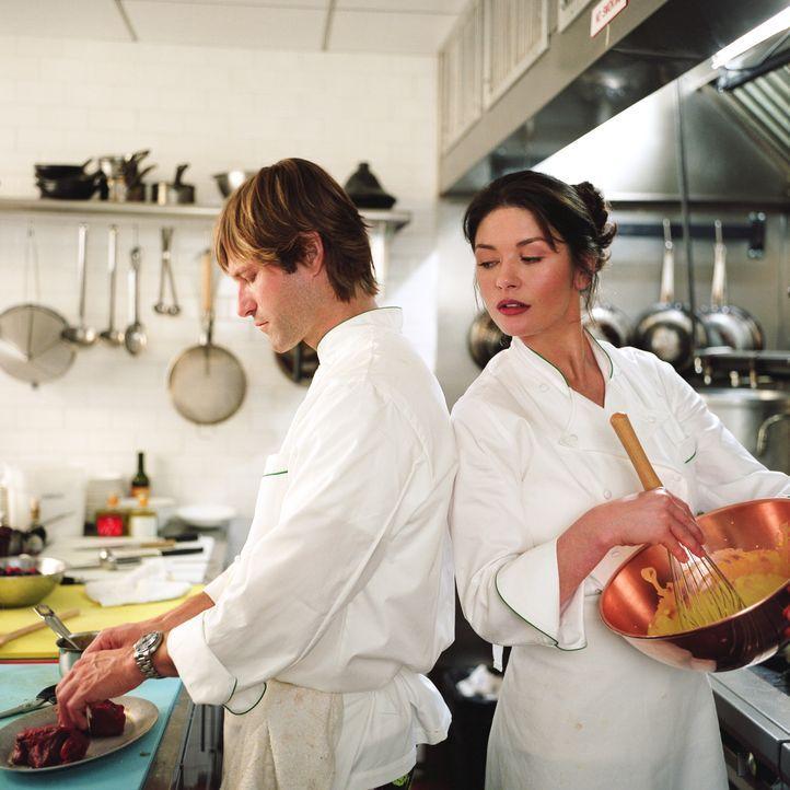 Sie schaut ihm genau über die Schulter: Kate (Catherine Zeta-Jones, r.) ist anfangs über den neuen Koch Nick (Aaron Eckhart, l.) alles andere als... - Bildquelle: Warner Bros.