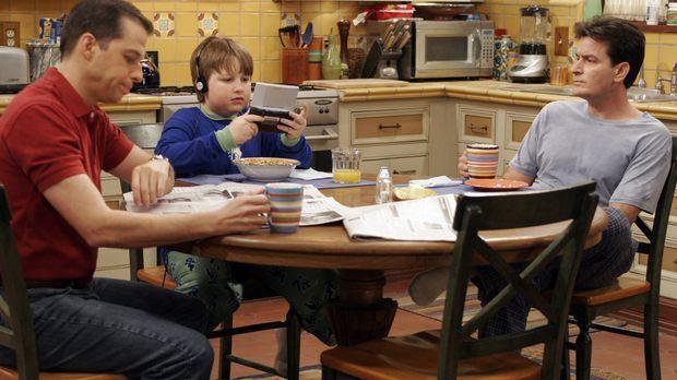 Noch ahnen Alan (Jon Cryer, l.) Jake (Angus T. Jones, M.) und Charlie (Charli...